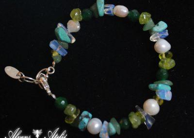 Armband med olivin, mosagat, turkos, pälor, bergskristall, månsten, Längd 18-21cm