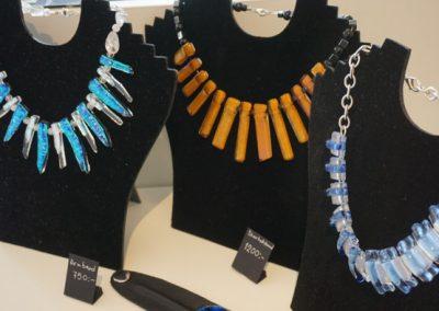 glimmrande halsband gjorda av glas